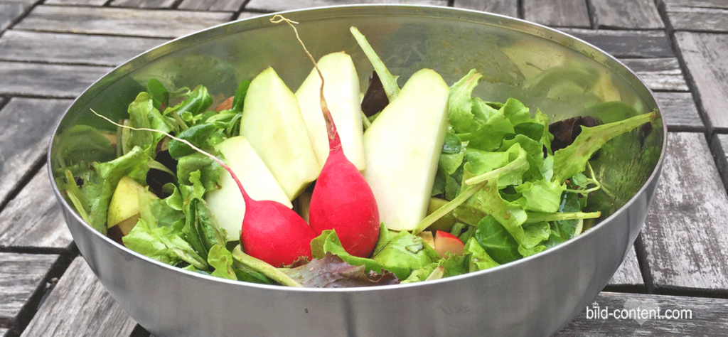 Blattsalat mit Ruccola, Birnen und Radieschen