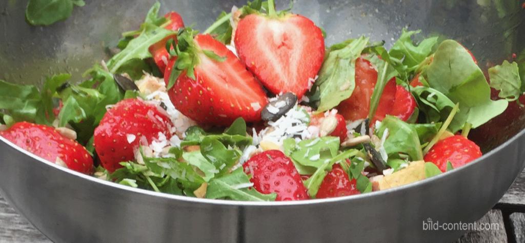 Salat mit Ruccola, Birnen und Erdbeeren