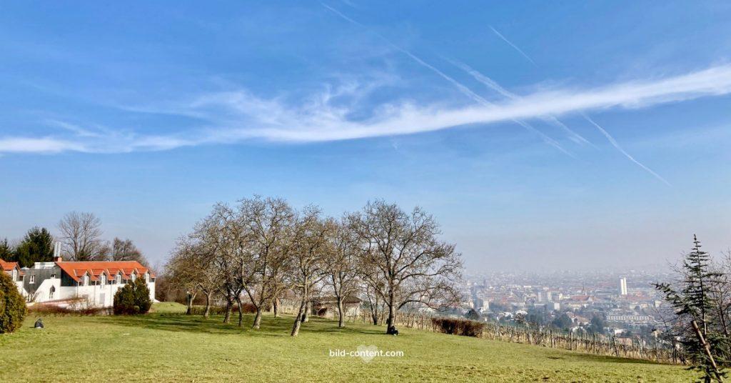Schloss Wilhelminenberg Park mit Aussicht auf Wien