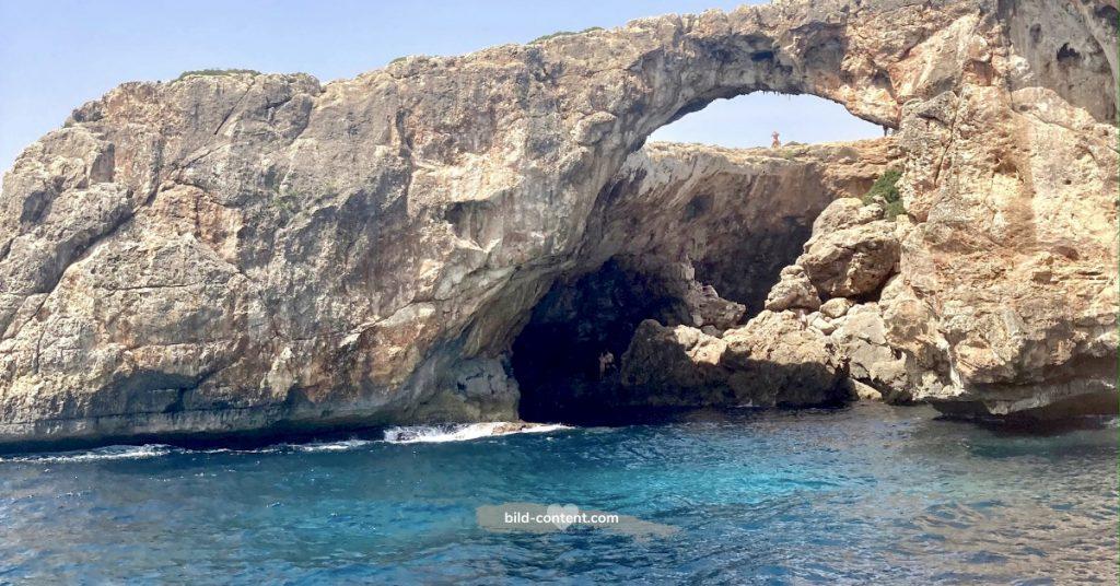 Höhlen und Felsen an der Küste von Mallorca